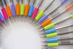 Kleurrijke pennen op witte achtergrond Stock Foto