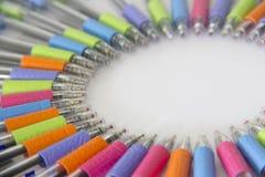 Kleurrijke pennen op witte achtergrond Royalty-vrije Stock Fotografie