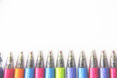 Kleurrijke pennen op witte achtergrond Stock Afbeeldingen