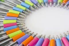 Kleurrijke pennen op witte achtergrond Royalty-vrije Stock Foto's
