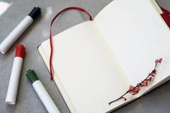 Kleurrijke pennen, open schoolnotitieboekje, herfsttak, achtergrond met exemplaarruimte voor tekst Hoogste mening Concept van van stock foto's