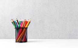 Kleurrijke pennen in quiver op een bureau royalty-vrije stock afbeeldingen