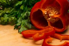 Kleurrijke peper en peterselie op een rustieke houten lijst, close-up Stock Foto's