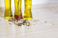 Kleurrijke peperzaden en baaibladeren op de keukenlijst Stock Foto