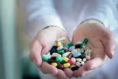 Kleurrijke pillencapsules in de handen van een arts royalty-vrije stock fotografie