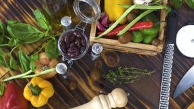 Kleurrijke plantaardige achtergrond op keukenlijst Verse groente, olijf, die voor deegwaren het koken kruiden Ingrediënt voor voe stock videobeelden