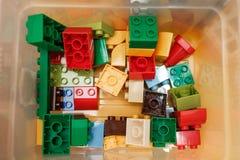 Kleurrijke plastic aannemer voor kinderen in de doos Hoogste mening royalty-vrije stock foto
