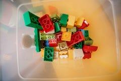 Kleurrijke plastic aannemer voor kinderen in de doos Hoogste mening royalty-vrije stock fotografie