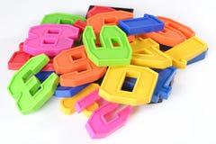Kleurrijke plastic aantallen op een wit Stock Foto's
