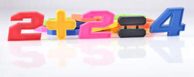 Kleurrijke plastic aantallen Twee plus twee zijn vier Royalty-vrije Stock Afbeelding