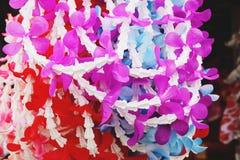 Kleurrijke plastic bloemslinger in Dichte omhooggaand van Thailand royalty-vrije stock afbeelding