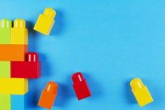 Kleurrijke plastic bouwblokken op blauwe achtergrond Stock Afbeeldingen
