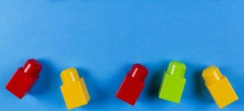 Kleurrijke plastic bouwblokken op blauwe achtergrond Stock Foto
