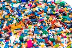 Kleurrijke plastic bouwstenen voor jonge geitjes het leren stock fotografie