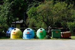 Kleurrijke plastic containers op een rij voor afzonderlijke huisvuilinzameling Stock Foto's