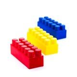 Kleurrijke plastic die stuk speelgoed blokken op witte achtergrond worden geïsoleerd Stock Foto