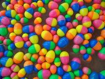 Kleurrijke plastic eieren stock fotografie