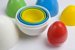Kleurrijke plastic eieren Stock Foto's