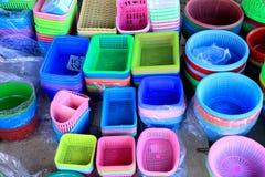 Kleurrijke plastic emmers en containers op vertoning bij divers s Royalty-vrije Stock Foto