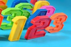 Kleurrijke plastic nummer 123 op een blauwe achtergrond Stock Foto's