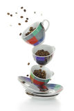 Kleurrijke platen en koppen met koffiebonen Royalty-vrije Stock Afbeelding