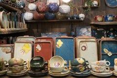 Kleurrijke porseleinplaten en mok Stock Foto