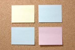 Kleurrijke post-itnota's over corkboard royalty-vrije stock afbeelding