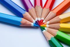 Kleurrijke potloden op de bureaulijst in een patroon van de regenboogkleur stock afbeeldingen
