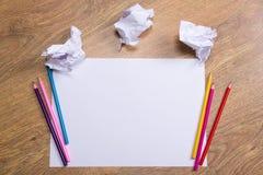 Kleurrijke potloden op duidelijk Witboek met kruimeltaartdocument ballen o Stock Fotografie