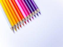 Kleurrijke potlodeninzameling op de document achtergrond stock foto