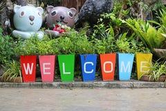 Kleurrijke potten en het schilderen de welkome decoratie van de woordtuin royalty-vrije stock foto's