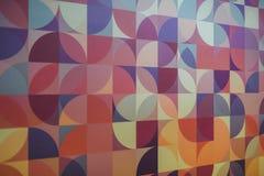 Kleurrijke purpere, blauwe roze en beige bakstenen muur als achtergrond, textuur stock afbeelding