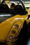 Kleurrijke raceauto's bij de museumtentoonstelling stock foto