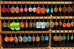 Kleurrijke reeks van oorring op houten tribune Royalty-vrije Stock Afbeelding