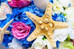 Kleurrijke regeling voor trouwringen Stock Foto