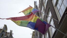 Kleurrijke regenboogvlaggen die op straat golven stock footage