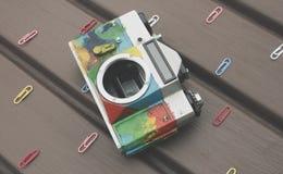 Kleurrijke retro camera op de lijst Stock Afbeeldingen