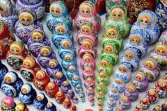 Kleurrijke Rijen van Matryoshkas die zich samen verzamelen Stock Foto's