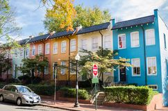 Kleurrijke Rijtjeshuizen met Witte Vensters en Houten Front Doors royalty-vrije stock fotografie