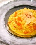 Kleurrijke risotto met wortelen, parmezaanse kaaskaas en saffraan stock foto