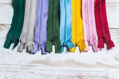Kleurrijke ritssluitingen Stock Foto