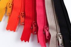 Kleurrijke Ritssluitingen in verschillende kleuren Stock Afbeeldingen