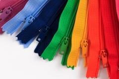 Kleurrijke Ritssluitingen in verschillende kleuren Stock Afbeelding
