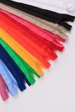 Kleurrijke Ritssluitingen in verschillende kleuren Royalty-vrije Stock Foto's