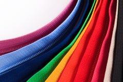 Kleurrijke Ritssluitingen in verschillende kleuren op witte achtergrond Stock Foto's