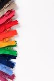 Kleurrijke Ritssluitingen in verschillende kleuren op witte achtergrond Royalty-vrije Stock Afbeeldingen