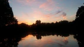 Kleurrijke rivierbezinning Stock Foto's