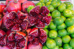 Kleurrijke rode granaatappel en groen citroen vers sap van keerkring Stock Afbeelding