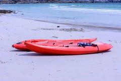 Kleurrijke rode kajaks op strand royalty-vrije stock afbeeldingen