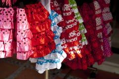 Kleurrijke rode roze zigeunerkostuums Stock Fotografie